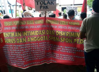 Trade union organized a protest against the one-sided dismissal in the front of Daihatsu Kharisma automobile dealer (28/12). Photo: FPBN