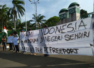 Freeport workers was blocking the road in front of Indonesian House of Parliament (21/9). Photo: KSN