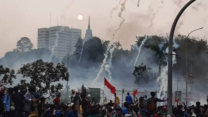 The protester's demands were responded by excessive use of force in the recent protest against controversial bills in Jakarta (10/30). Photo: common creative